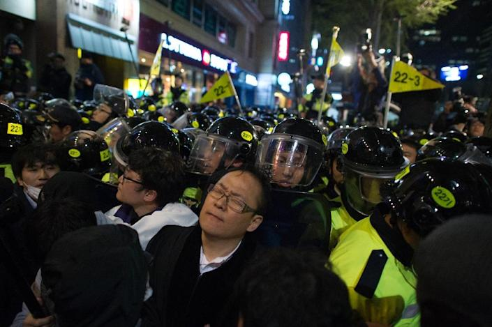 Mourners clash with police during a march to commemorate the first anniversary of the Sewol ferry disaster, in Seoul on April 16, 2015 (AFP Photo/Ed Jones)