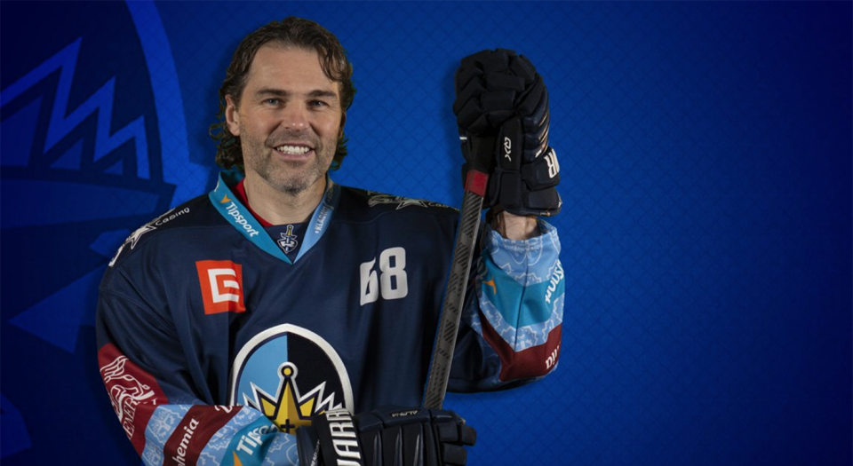 Jaromir Jagr may be 47-years-old, but he's still finding the back of the net. (Twitter // @RytiriKladno)