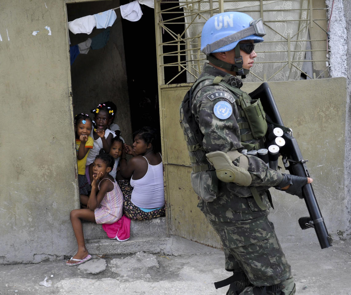 A UN soldier from Brazilian Battalion 2 (BraBatt 2) patrols a neighbourhood in Port-au-Prince August 11, 2011. Brazilian Defense Minister Celso Amorim is considering a withdrawal of the peacekeepers from the United Nations  Mission for Stabilization in Haiti (MINUSTAH), citing a slowdown in the Brazilian economy. Picture taken August 11, 2011. REUTERS/Swoan Parker (HAITI - Tags: POLITICS MILITARY)