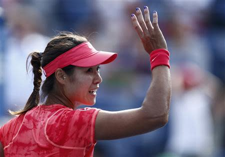 Li Na of China waves after defeating Ekaterina Makarova of Russia at the U.S. Open tennis championships in New York September 3, 2013. REUTERS/Eduardo Munoz