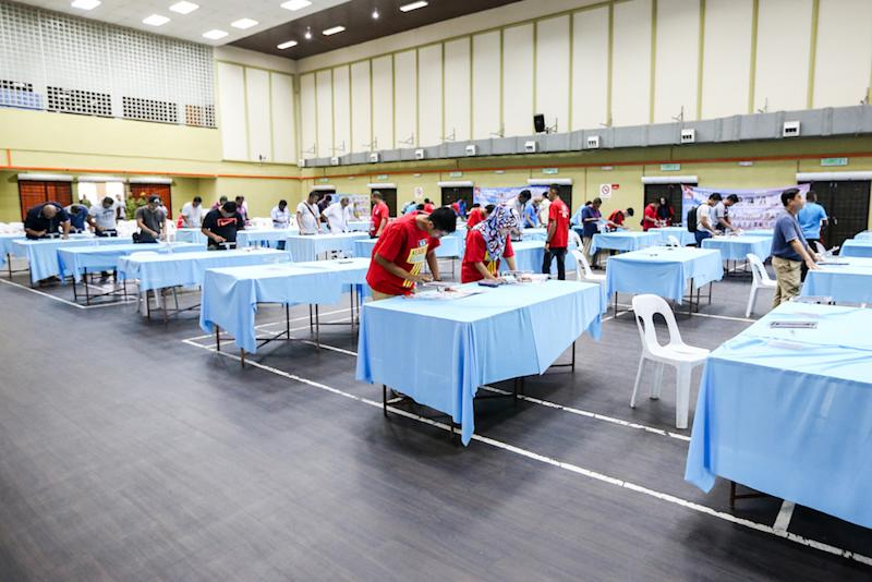 PKR members use the e-voting system during the party's polls in Sungai Tua, Selangor October 21, 2018. — Picture by Ahmad Zamzahuri