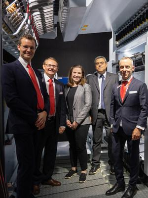 Convinced by the benefits of the new eAFK Evo texturing machine, Unifi has made a significant contribution to the promising EvoCooler cooling concept as a development partner. Meredith Boyd (middle) and Edmir Silva (second from right to left), from UNIFI Manufacturing, Inc.