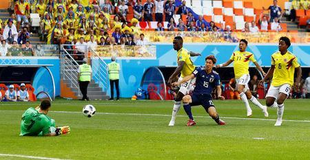 Soccer Football - World Cup - Group H - Colombia vs Japan - Mordovia Arena, Saransk, Russia - June 19, 2018 Japan's Yuya Osako in action with Colombia's David Ospina and Davinson Sanchez REUTERS/Jason Cairnduff