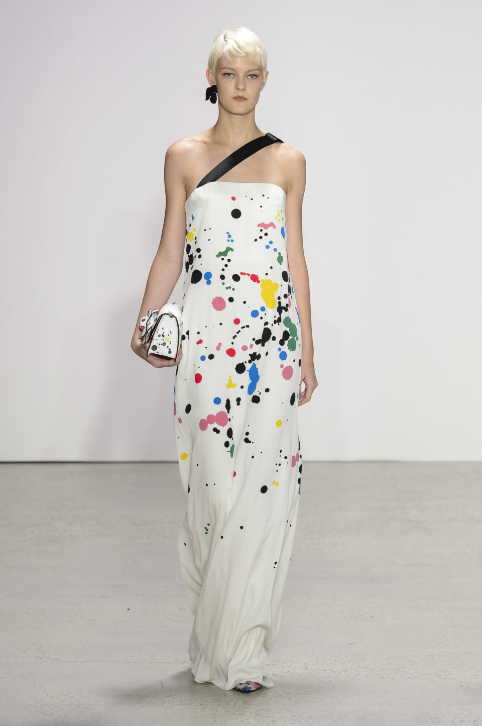 <p><i>Model wears a one-strap, paint-splattered dress from the SS18 Oscar de la Renta collection. (Photo: IMAXtree) </i></p>