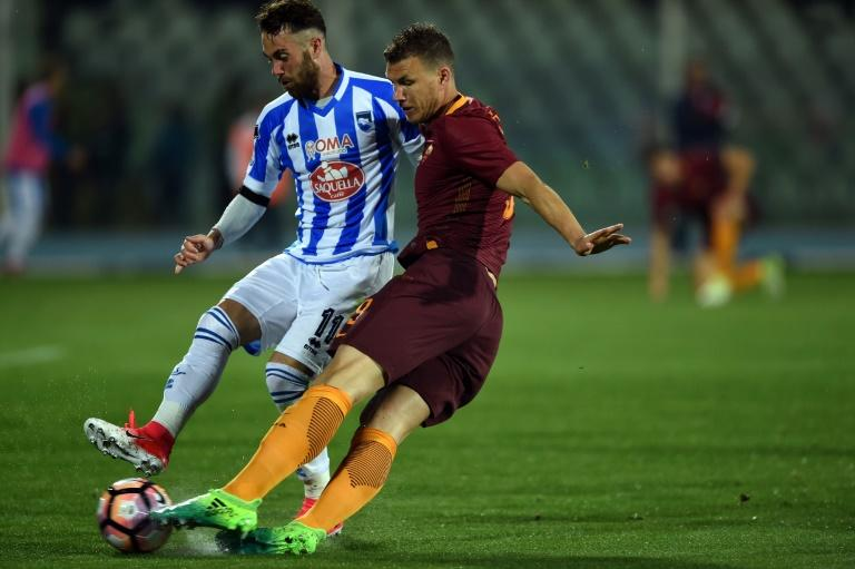 Roma's forward from Bosnia-Herzegovina Edin Dzeko (R) vies with Pescara's defender from Italy Francesco Zampano during the Italian Serie A football match between Pascara and Roma on April 24, 2017 at the Adriatico Stadium in Pescara