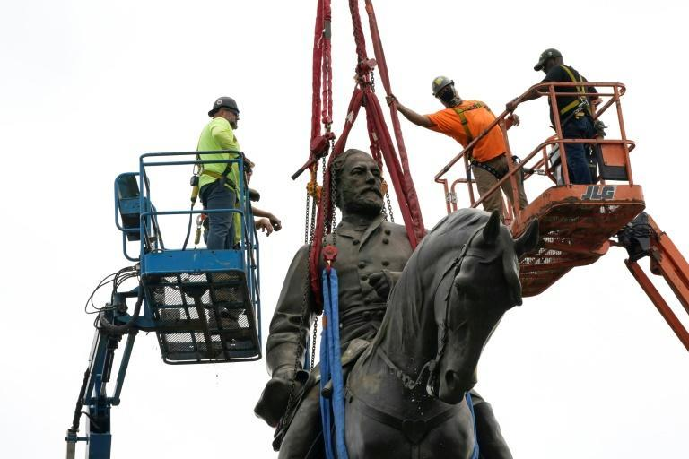 Workers preparing to remove a statue of Confederate General Robert E. Lee in Richmond, Virginia (AFP/POOL)