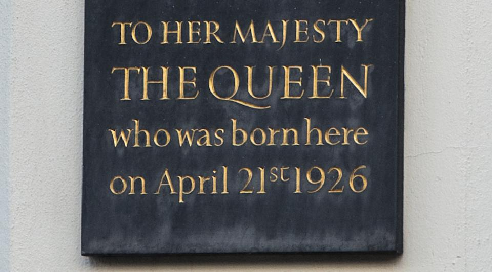 WINDSOR, ENGLAND - APRIL 20:  A general view of one of two plaques that mark the birthplace of the Queen at 17 Bruton Street on April 20, 2016 in Windsor, England. Queen Elizabeth II will celebrate her 90th birthday on Thursday April 21, 2016 when a series of events will mark the occasion including the traditional walkabout and the lighting of a thousand bonfires in her honour worldwide.  (Photo by Chris Ratcliffe/Getty Images)