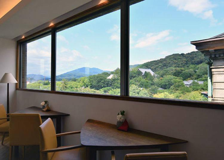 ▲An observation space on the 4th floor. It offers views of such prominent sights as Higashiyama, Hieizan, and Chion-in.