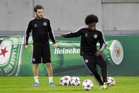 Chelsea's Juan Mata (L) and Willian take part in a training session in Bucharest September 30, 2013.