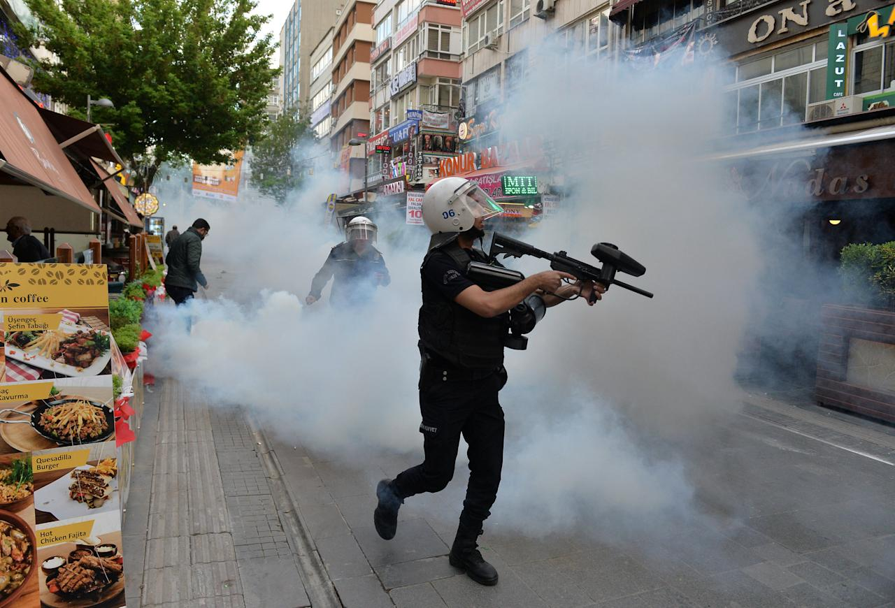 Riot police use tear gas to disperse demonstrators during a protest against the detention of two hunger-striking teachers in Ankara, Turkey, May 22, 2017. REUTERS/Stringer EDITORIAL USE ONLY. NO RESALES. NO ARCHIVE.  TPX IMAGES OF THE DAY