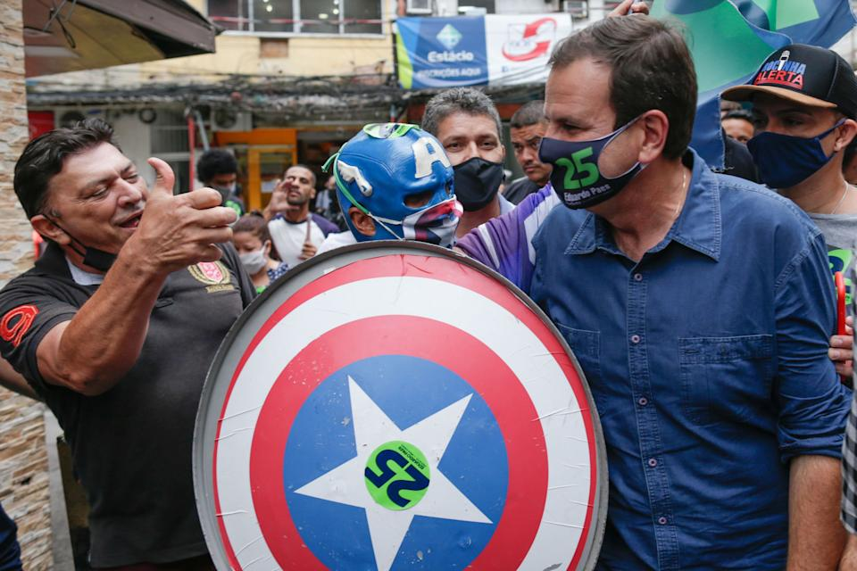 Eduardo Paes, candidate for mayor of the city of Rio de Janeiro for the Democratic Party (DEM), greets supporters during a campaign rally at Rocinha slum in Rio de Janeiro, Brazil, on November 18, 2020. (Photo by Andre Coelho / AFP) (Photo by ANDRE COELHO/AFP via Getty Images)