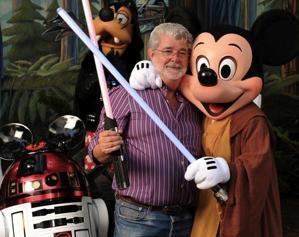 R2-D2, George Lucas y Mickey Mouse felices-toplessrobot