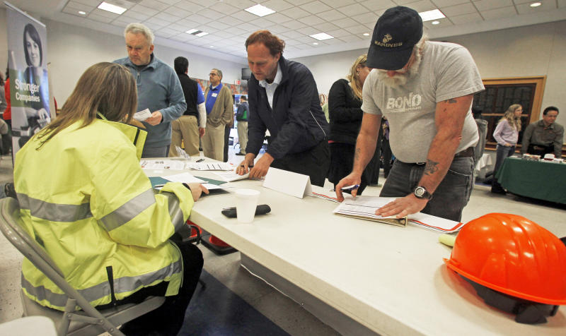 US unemployment aid applications rise to 352K