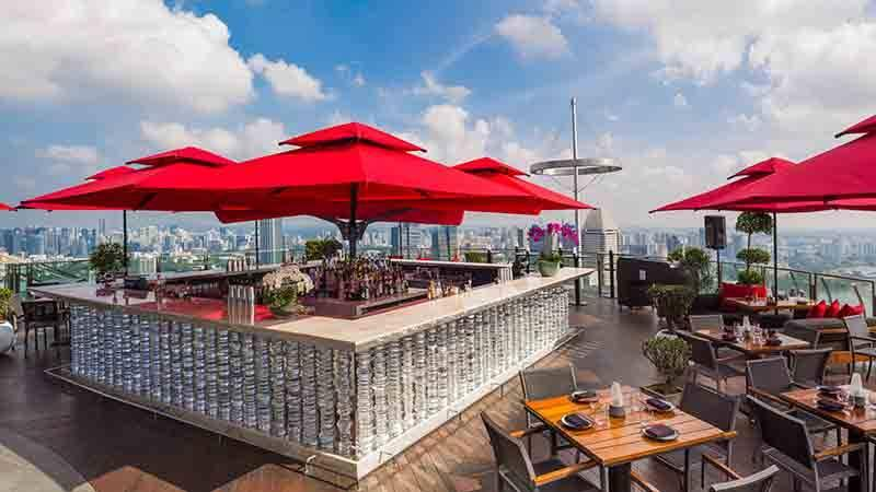 A 360-degree view of Singapore and live entertainment by musicians of the customers' choice.