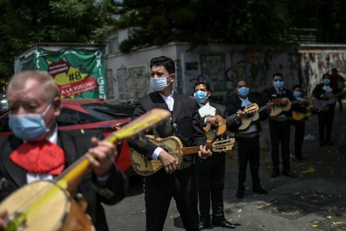 A mariachi band serenades the National Institute of Respiratory Diseases (INER) in Mexico City (AFP Photo/Pedro PARDO)