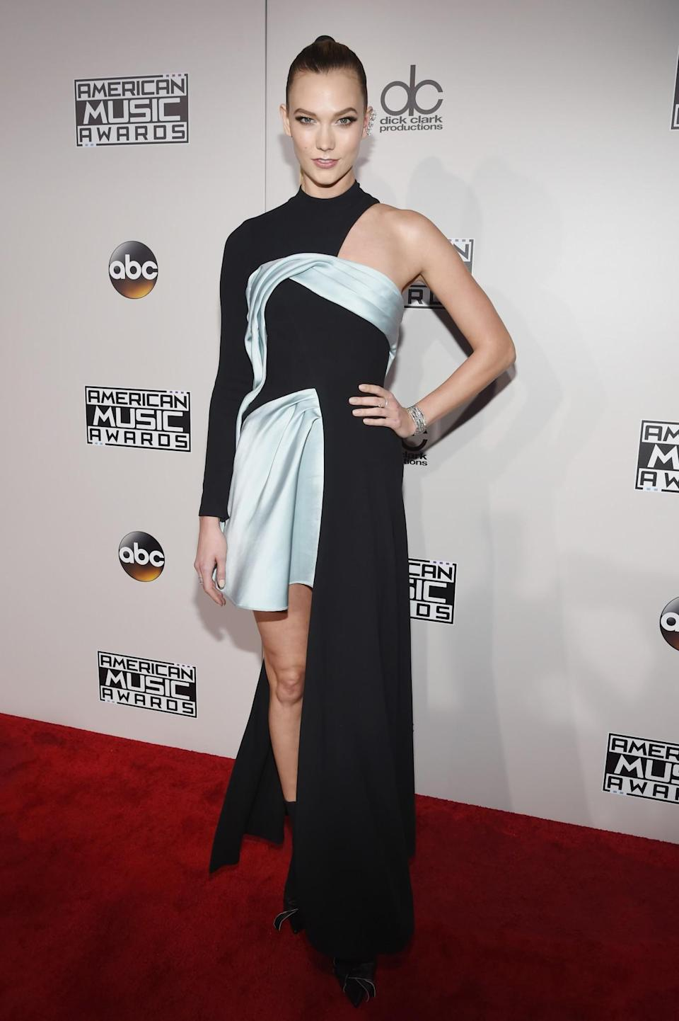 <p>Karlie Kloss brought couture to the AMAs in a black and blue dress from Atelier Versace. <em>(Photo: Getty Images)</em> </p>