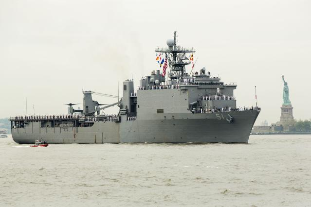 The USS Oak Hill, a Harpers Ferry-class dock landing ship of the United States Navy motors past the Statue of Liberty as it arrives in New York Harbor for Fleet Week in New York, May 21, 2014. REUTERS/Lucas Jackson (UNITED STATES - Tags: SOCIETY MILITARY)