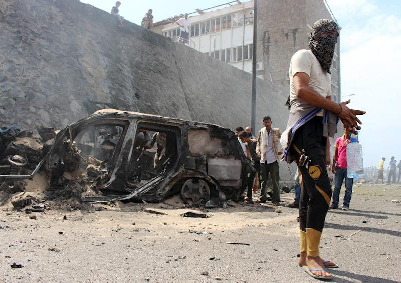 Yemenis gather at the site of a blast that hit the convoy of the governor of Aden, Jaafar Saad, in the Tawahi neighbourhood of Aden, on December 6, 2015 (AFP Photo/)