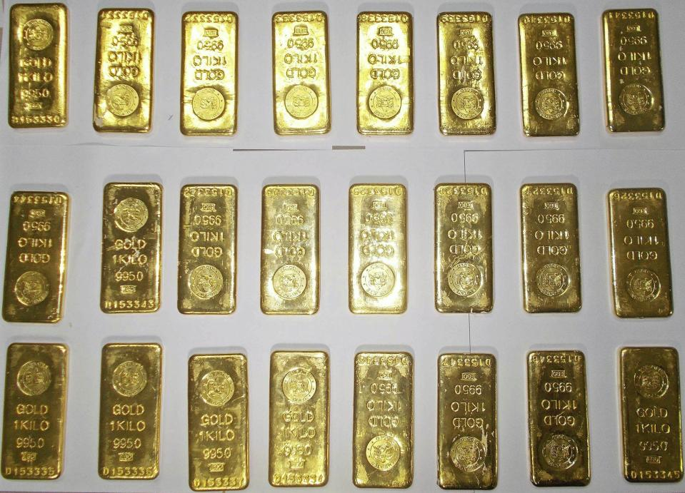 Seized gold bars are kept on displayed by custom officers at the international airport in Kolkata November 19, 2013. Two lunch boxes hidden in the toilets of a Jet Airways plane triggered first a bomb scare and then a smuggling probe as the tins were found to contain 12 gold bars each, a senior customs official said on Wednesday. Picture taken November 19, 2013. REUTERS/Stringer (INDIA - Tags: CRIME LAW)