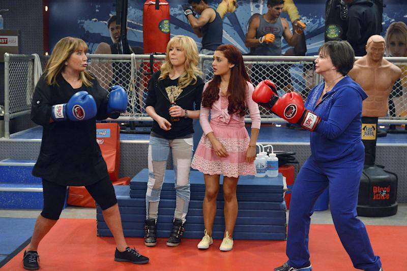 """This image released by Nickelodeon shows, from left, Penny Marshall, Jennette McCurdy, Ariana Grande and Cindy Williams in a scene from the series """"Sam & Cat."""" Marshall and Williams, best known from their comedy series """"Laverne and Shirley,"""" will guest star in the episode airing Saturday, Nov. 9, at 8 p.m. EST. (AP Photo/Nickelodeon, Lisa Rose)"""