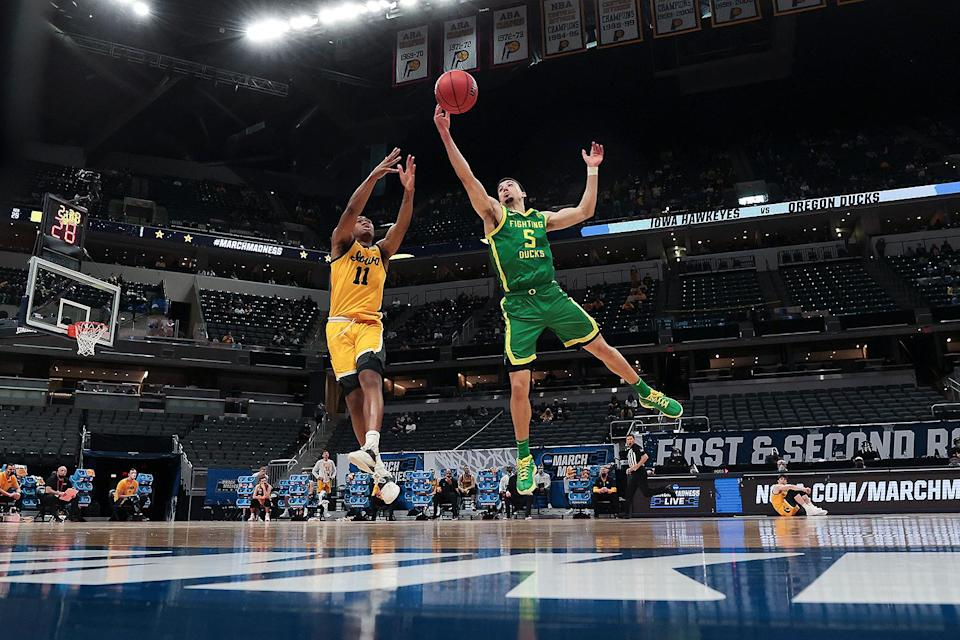 <p>The seventh seed University of Oregon Ducks beat No. 2 seed Iowa Hawkeyes 95-80 in the second round of the NCAA Tournament. The Ducks were automatically moved to the second round after their match against the team's previous opponent, VCU, was declared a no-contest due to positive coronavirus tests. </p>