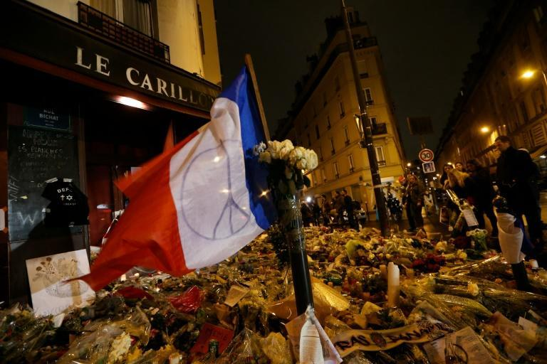 A makeshift memorial outside the Carillon bar in Paris, one of the sites of carnage on November 13, 2015 (AFP/Thomas Samson)