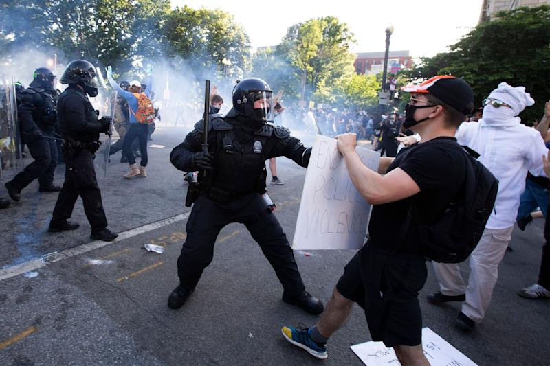 TOPSHOT - Police officers clash with protestors near the White House on June 1, 2020 as demonstrations against George Floyd's death continue. (Photo: JOSE LUIS MAGANA via Getty Images)