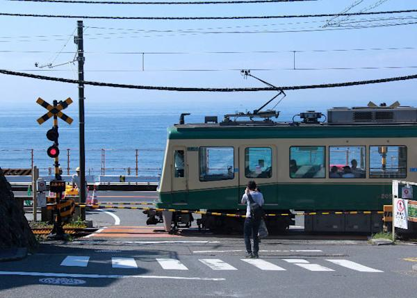 Kamakurakokmae crossing where the Enoden passes in front of the ocean view