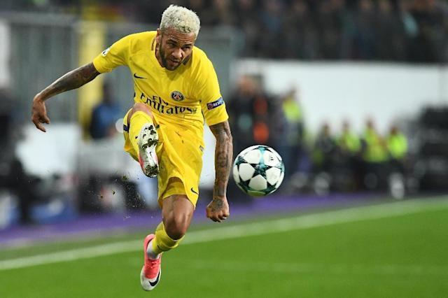 """Paris Saint-Germain's Dani Alves will not be playing in their match against Marseille on October 22, 2017, as the club said he is currently undergoing """"treatment"""" (AFP Photo/Emmanuel DUNAND)"""