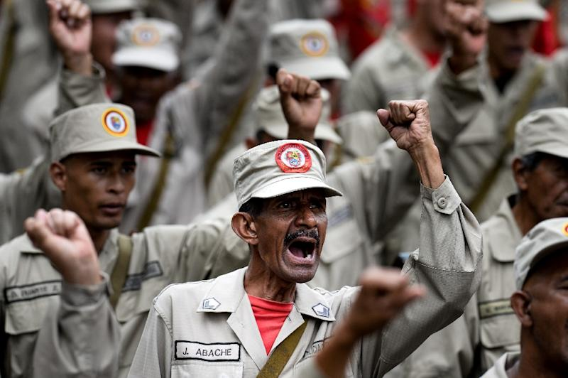 Members of the Bolivarian Militia take part in a parade in the framework of the seventh anniversary of the force, in front of the Miraflores presidential palace in Caracas on April 17, 2017 (AFP Photo/Federico PARRA)