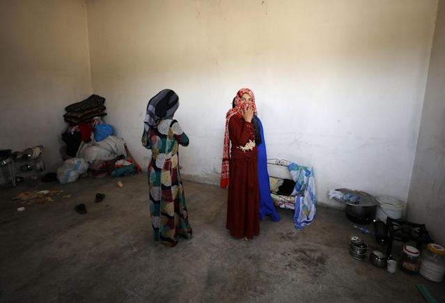 <p>Civilians are pictured inside their home in Raqqa's western neighbourhood of Jazra, Syria June 11, 2017. (Photo: Rodi Said/Reuters) </p>