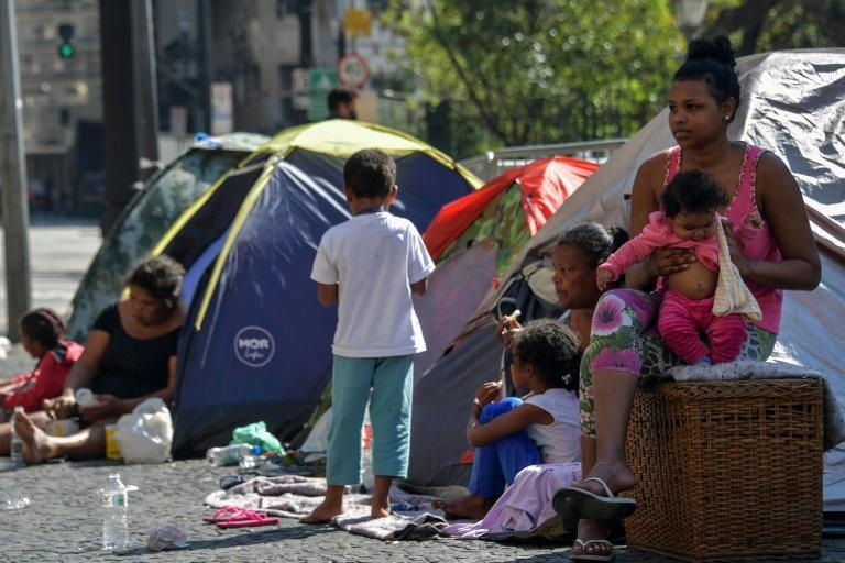 A homeless family in downtown Sao Paulo, Brazil, August 27, 2021 (AFP/NELSON ALMEIDA)