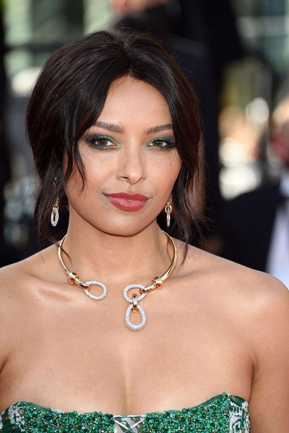 <p>The American actress and model chose a sparkling yellow gold and diamond collar and matching earrings from the Italian jeweller Pomellato. </p>