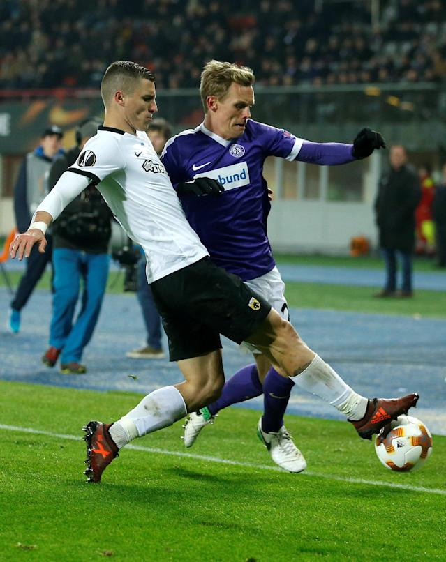 Soccer Football - Europa League - FK Austria Wien vs AEK Athens - Austria Arena, Vienna, Austria - December 7, 2017 Austria Vienna's Thomas Salamon in action with AEK's Ognjen Vranjes REUTERS/Heinz-Peter Bader