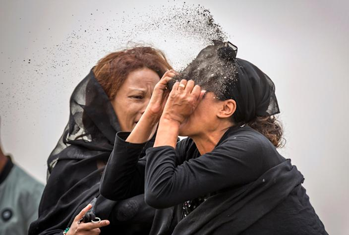 An Ethiopian relative of a crash victim throws dirt in her own face after realising that there is nothing physical left of her loved one, as she mourns at the scene where the Ethiopian Airlines Boeing 737 Max 8 crashed shortly after takeoff on Sunday killing all 157 on board, near Bishoftu, south-east of Addis Ababa, in Ethiopia, March 14, 2019. (Photo: Mulugeta Ayene/AP)