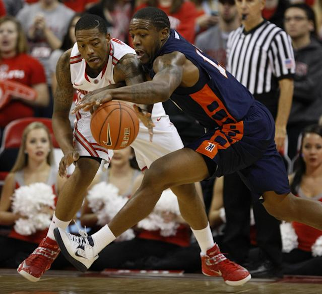 Ohio State's Lenzelle Smith Jr., left, and Morgan State's Anthony Hubbard chase a loose ball during the second half of an NCAA college basketball game in Columbus, Ohio, Saturday, Nov. 9, 2013. Ohio State won 89-50.(AP Photo/Paul Vernon)
