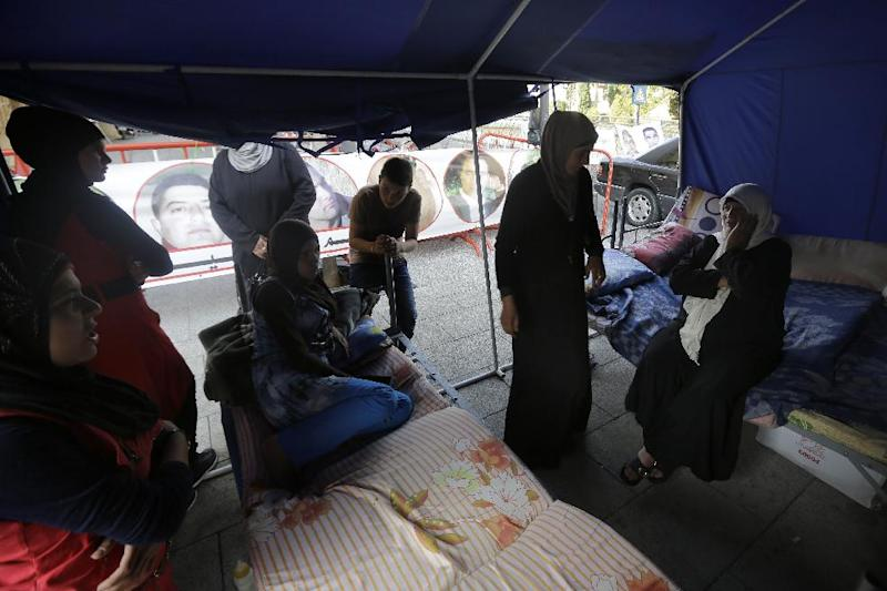 Relatives of Lebanese soldiers being held hostage in Syria by Islamic extremists stage a sit-in at the entrance of Lebanon's governmental palace in Beirut in order to pressure the government to work on their release, on October 28, 2014 (AFP Photo/Joseph Eid)