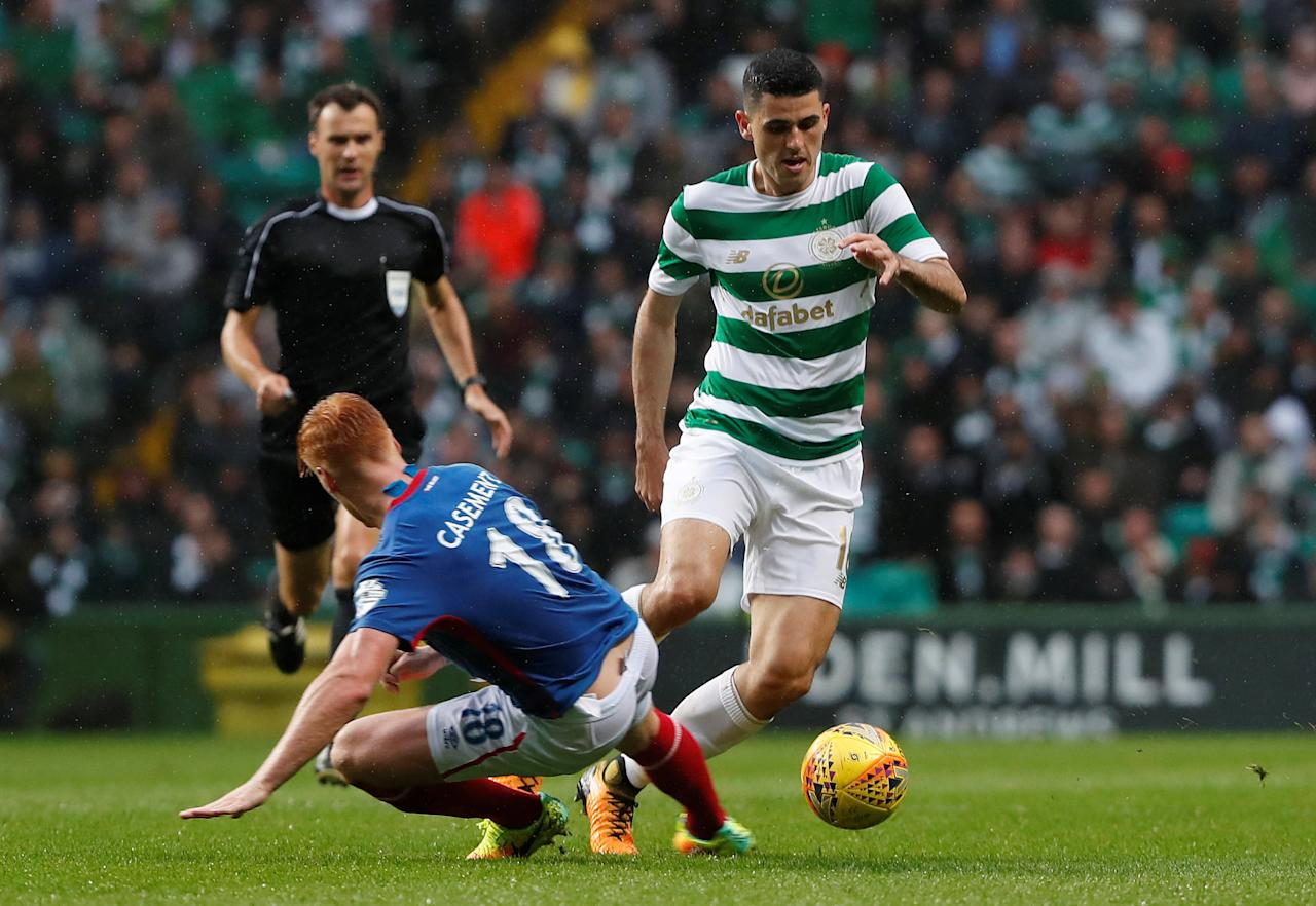 Soccer Football - Celtic vs Linfield - UEFA Champions League Second Qualifying Round Second Leg - Glasgow, Britain - July 19, 2017   Celtic's Tom Rogic in action against Linfield's Chris Casement   REUTERS/Russell Cheyne