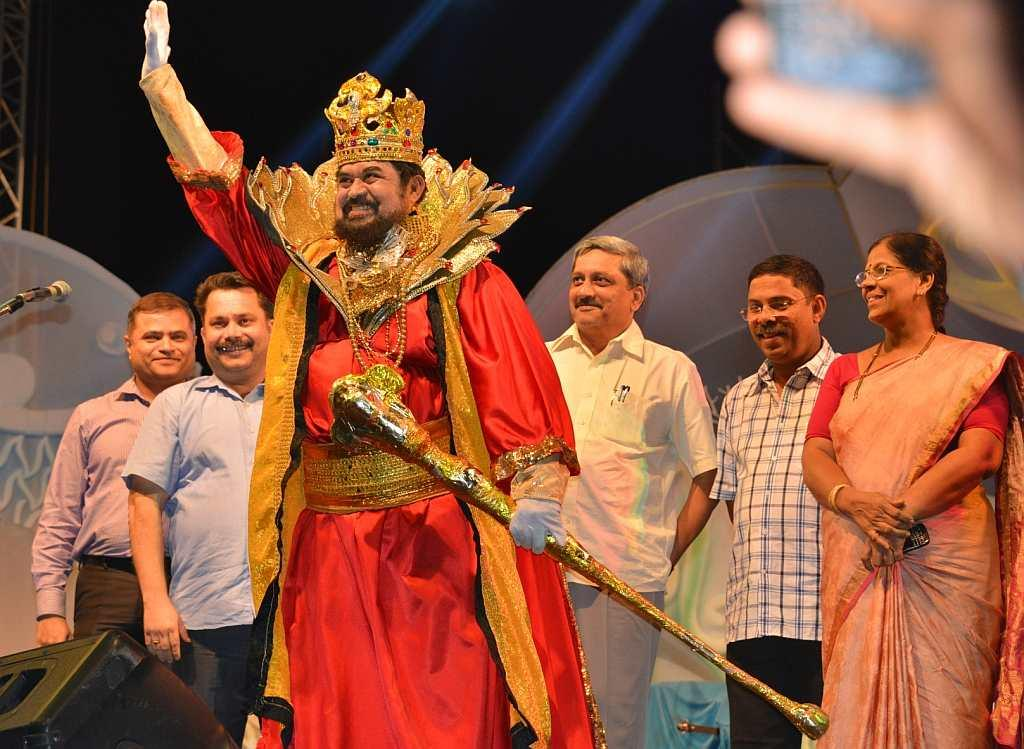 King Momo (Tome Fernandes) at the inaugural ceremony of the Goa Carnaval Food Festival with (L to R) Mr Nikhil Desai, Director, Tourism, Government of Goa; Mr Nilesh Cabral, Chairman, GTDC; Shri  Manohar Parrikar, Hon'ble Chief Minister of Goa; Dilip Parulekar, Goa Tourism Minister, and Panaji Mayor Vaidehi.
