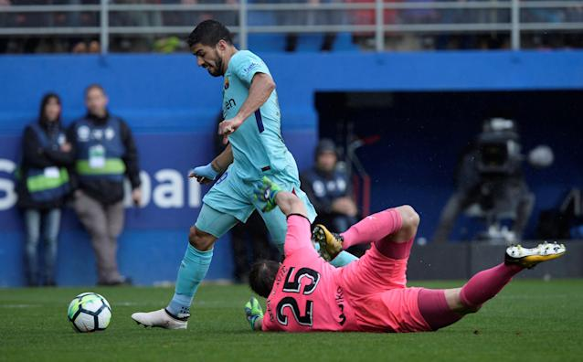 Soccer Football - La Liga Santander - Eibar vs FC Barcelona - Ipurua, Eibar, Spain - February 17, 2018 Barcelona's Luis Suarez goes past Eibar's Marko Dmitrovic before scoring their first goal REUTERS/Vincent West
