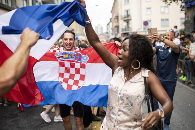 PHU30851 PUVI. Zurich (Switzerland Schweiz Suisse), 15/07/2018.- Supporters of the French national soccer team react as they watch a public broadcast of the FIFA World Cup final soccer match between France and Croatia in Zurich, Switzerland, 15 July 2018. (Croacia, Mundial de Fútbol, Suiza, Francia) EFE/EPA/ENNIO LEANZA