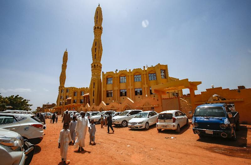 Sudanese worshippers arrive outside a mosque to attend the weekly Friday sermon and prayers during the holy month of Ramadan in the capital Khartoum (AFP Photo/ASHRAF SHAZLY)