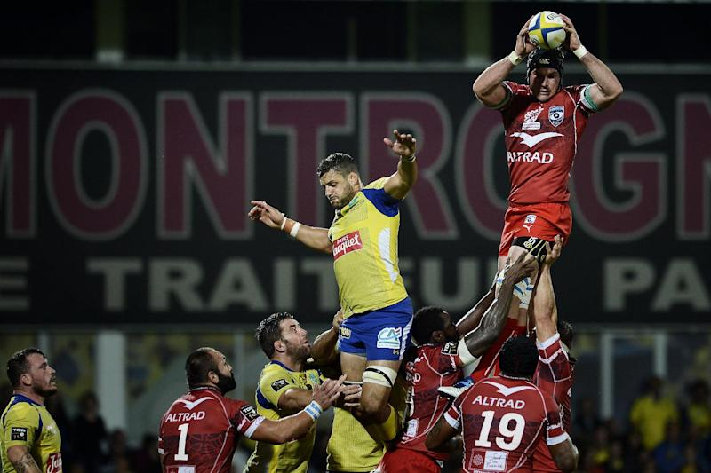 Ben Mowen, Montpellier's Australian flanker (R), catches the ball during the French Top 14 rugby union match ASM Clermont-Auvergne vs Montpellier on August 29, 2014 at the Marcel Michelin Stadium in Clermont-Ferrand (AFP Photo/Jeff Pachoud)