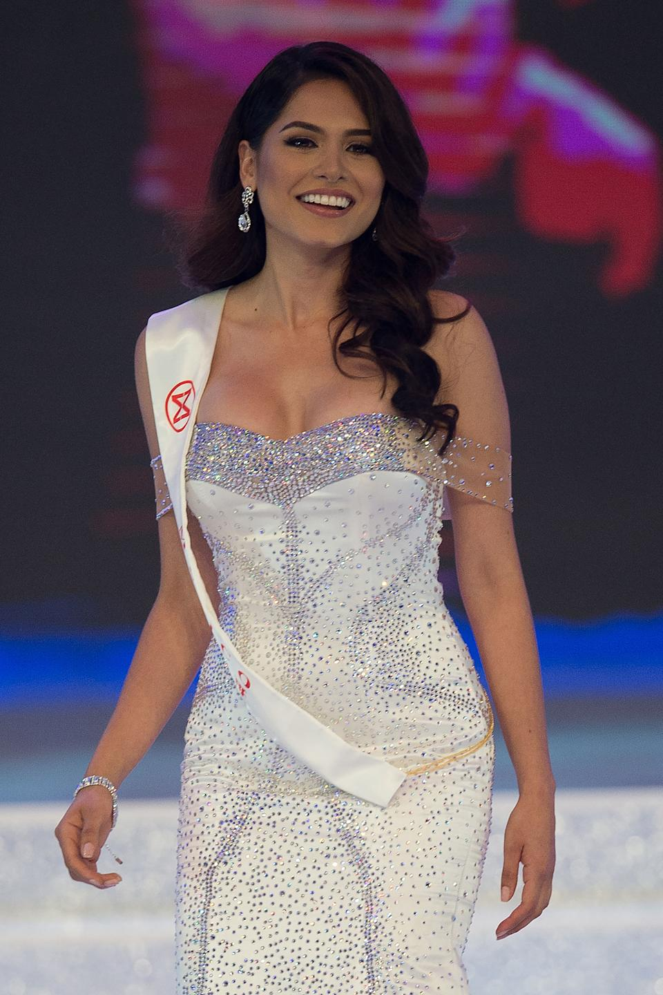 Miss Mexico Alma Andrea Meza Carmona walks on stage during the 67th Miss World contest final in Sanya, on the tropical Chinese island of Hainan on November 18, 2017. / AFP PHOTO / NICOLAS ASFOURI        (Photo credit should read NICOLAS ASFOURI/AFP via Getty Images)
