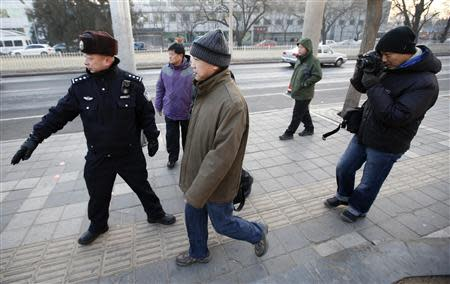 Zhang Qingfang (C), lawyer for one of China's most prominent rights advocates Xu Zhiyong, walks toward a court to attend Xu's trial in Beijing January 22, 2014. REUTERS/Kim Kyung-Hoon