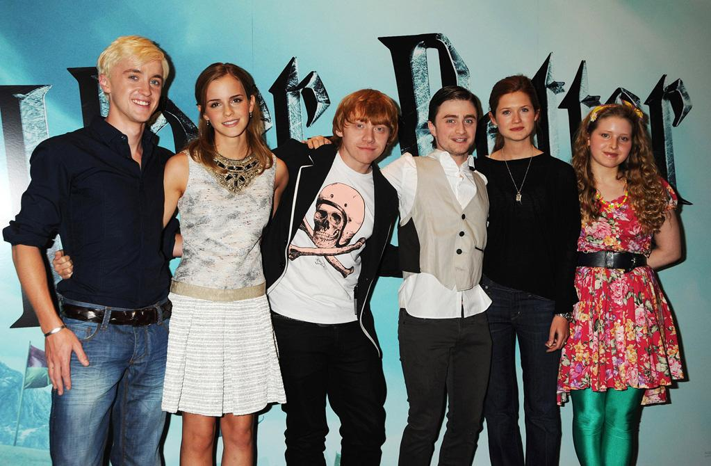 """<a href=""""http://movies.yahoo.com/movie/contributor/1800308596"""">Tom Felton</a>, <a href=""""http://movies.yahoo.com/movie/contributor/1802866081"""">Emma Watson</a>, <a href=""""http://movies.yahoo.com/movie/contributor/1802866082"""">Rupert Grint</a>, <a href=""""http://movies.yahoo.com/movie/contributor/1802866080"""">Daniel Radcliffe</a>, <a href=""""http://movies.yahoo.com/movie/contributor/1808408966"""">Bonnie Wright</a> and Jessie Cave at the London photocall for <a href=""""http://movies.yahoo.com/movie/1809791044/info"""">Harry Potter and the Half-Blood Prince</a> - 07/06/2009"""