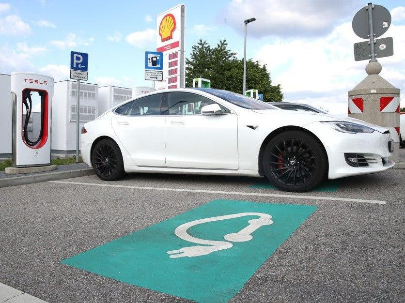 Tesla vehicles and other electric cars have a range of around 500km but the battery takes around an hour to charge (Getty Images)