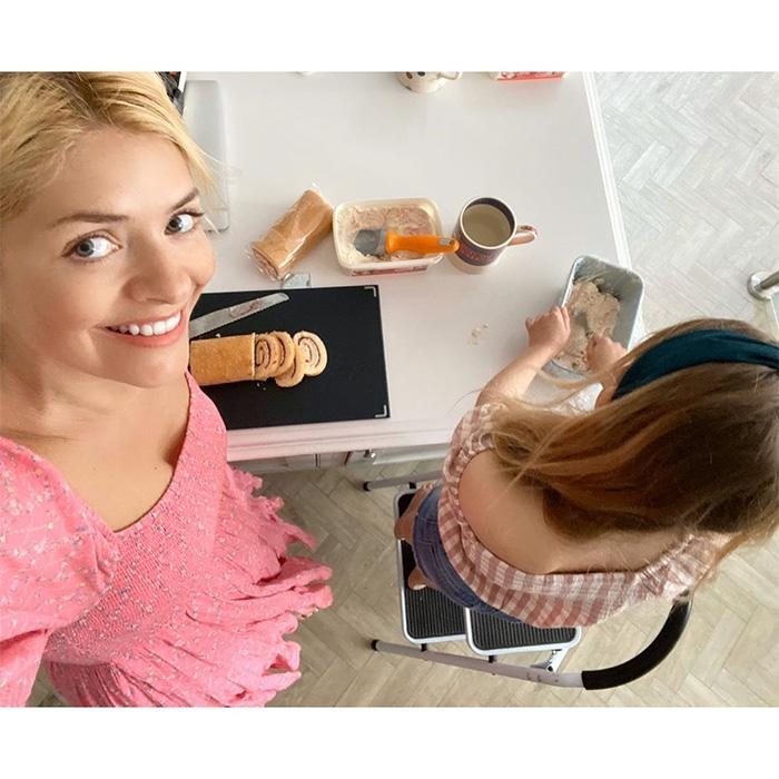 holly-willoughby-home-kitchen-cake