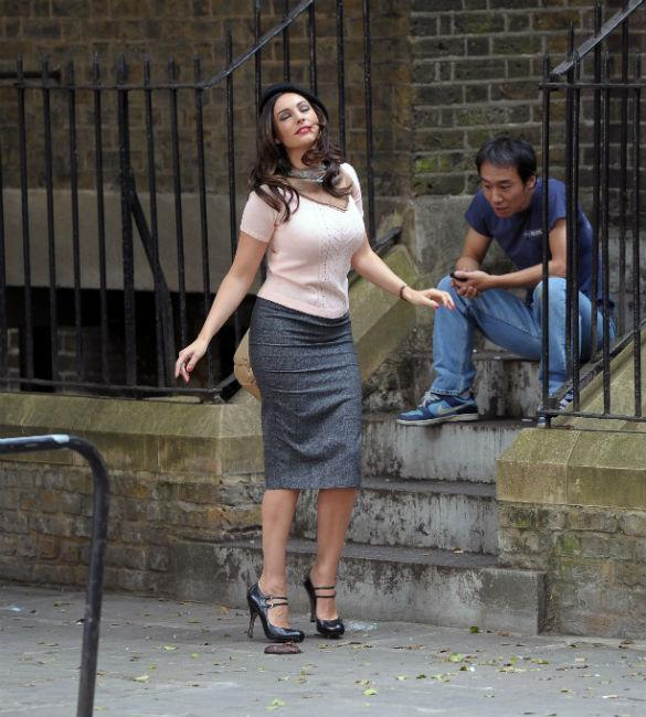 Kelly Brook Shows Off Amazing Curves In Pencil Skirt As She Films 'Taking Stock' (PHOTOS)