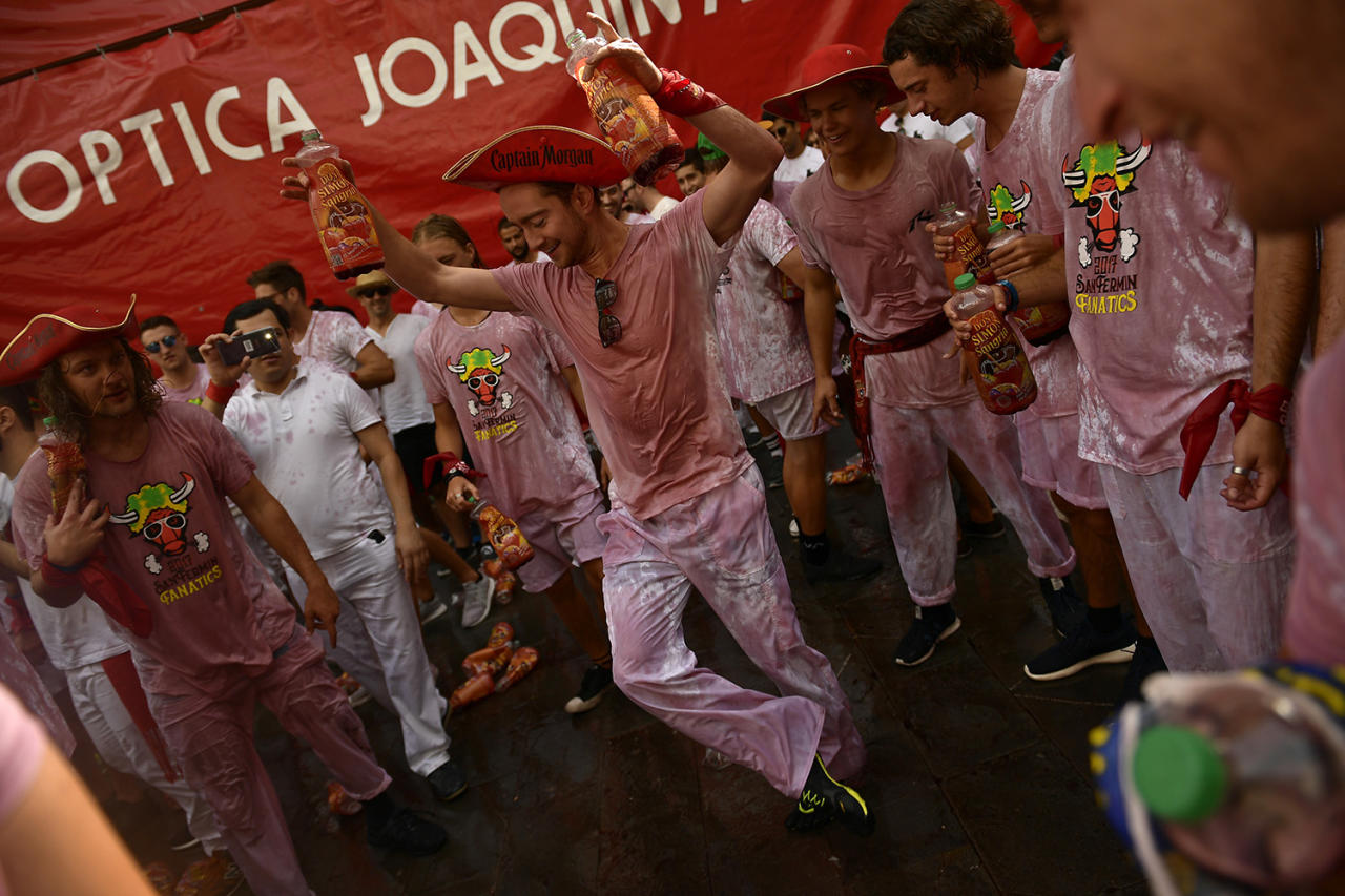 <p>A reveler dances after the launch of the <em>chupinazo</em> rocket to celebrate the official opening of the 2017 San Fermín Fiesta in Pamplona, Spain, on July 6. (Photo: Alvaro Barrientos/AP) </p>